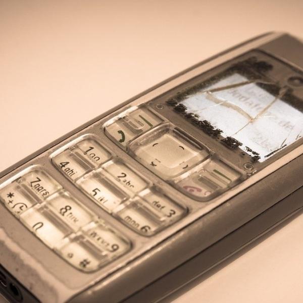 Imagen de un teléfono roto en representación de los incidentes que pueden surgir durante el uso de la tecnología